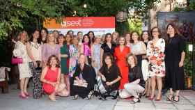 Foto de familia de las socias de Aseet en su primera cena anual.