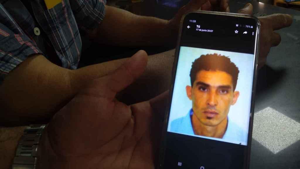 Un marroquí muestra en su teléfono móvil una imagen de la víctima del homicidio de Lorca, Mustapha Sabri, jornalero agrícola.