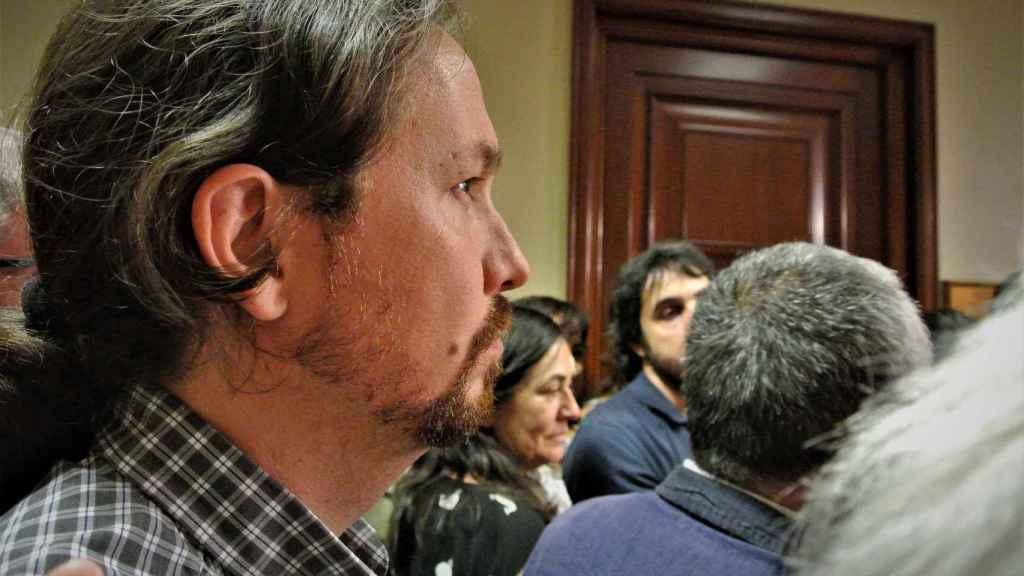 Pablo Iglesias, pensativo mientras escucha a José María Álvarez (UGT) apoyar su presencia en el Gobierno ante los medios.