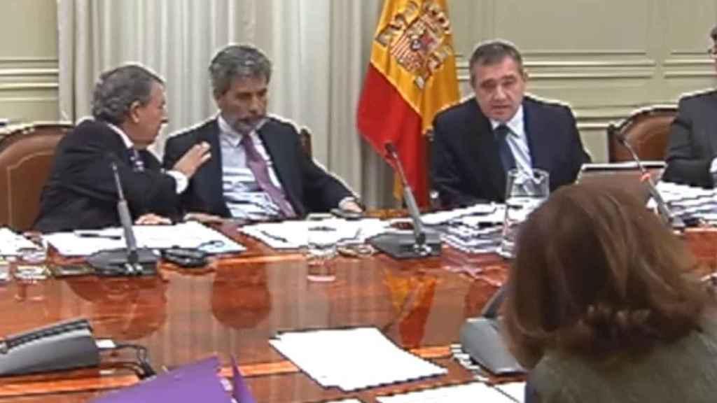 Macías pregunta a María José Hernández, de espaldas, durante la entrevista./