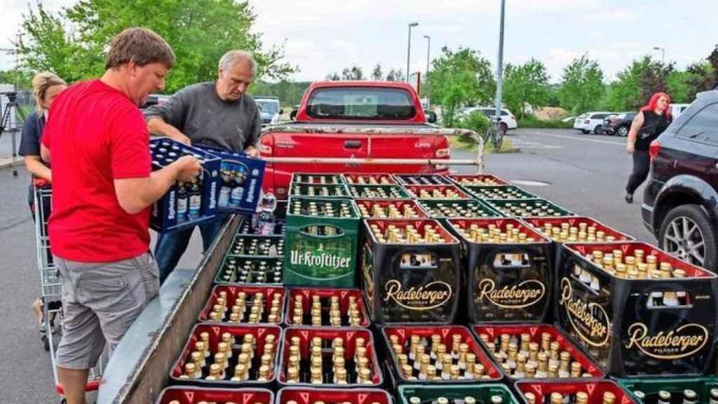Vecinos de Ostritz cargan toda la cerveza.