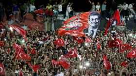 Simpatizantes de Ekrem Imamoglu, candidato a alcalde de Estambul y ganador de las elecciones municipales.