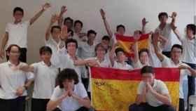 Los alumnos del colegio mallorquín posan con el brazo en alto.