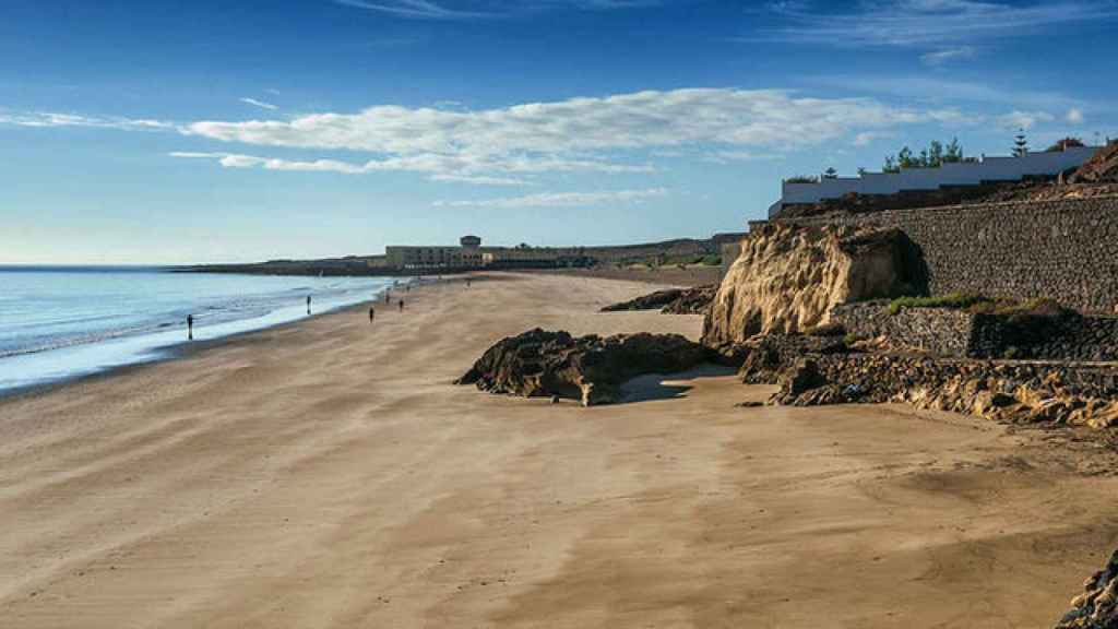Playa Blanca con El Mirador al fondo.