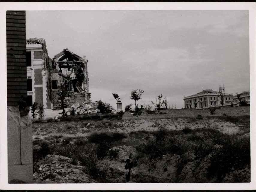 Otra toma de la Casa de Velázquez en mayo de 1938 destruida por los efectos de la artillería.