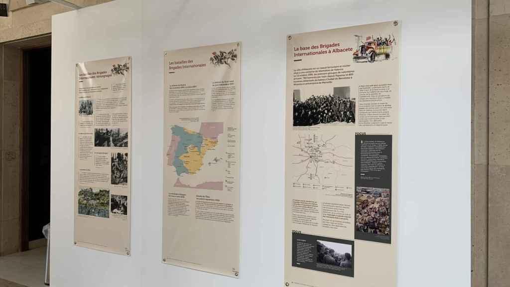 Tres de los paneles de la exposición 'Levantados antes del alba'.