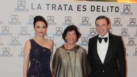 Cruz Sánchez de Lara, organizadora del evento solidario, junto a la ministra Celaá y Pedro J. Ramírez