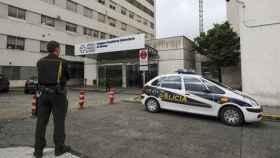 Un coche de policía ante el Complexo Hospitalario Universitario de Ourense.