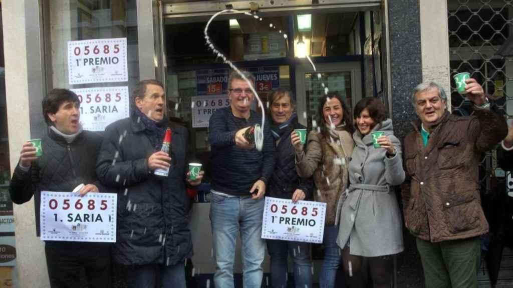 Los dueños y trabajadores de la Administración de Lotería de Bilbao celebran haber vendido el Gordo del Niño.