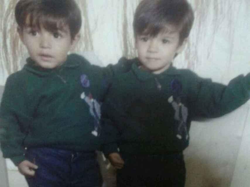 Iván y Yonathan, mellizos, de muy pequeños, uniformados a la perfección.
