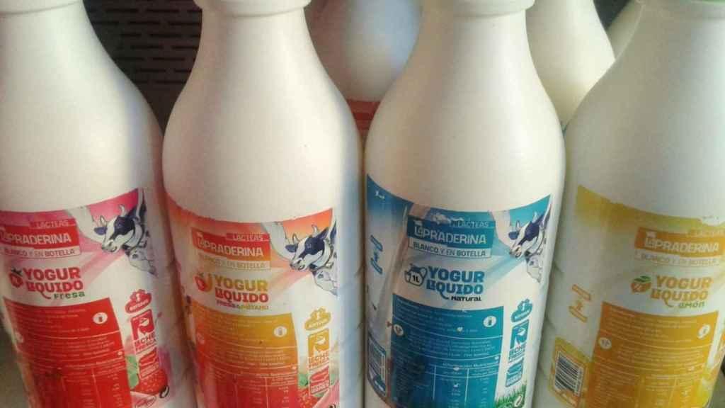 Unas botellas de yogur líquido.