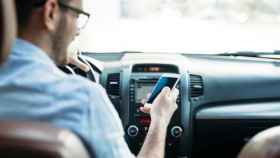 Un conductor usa el móvil mientras conduce.