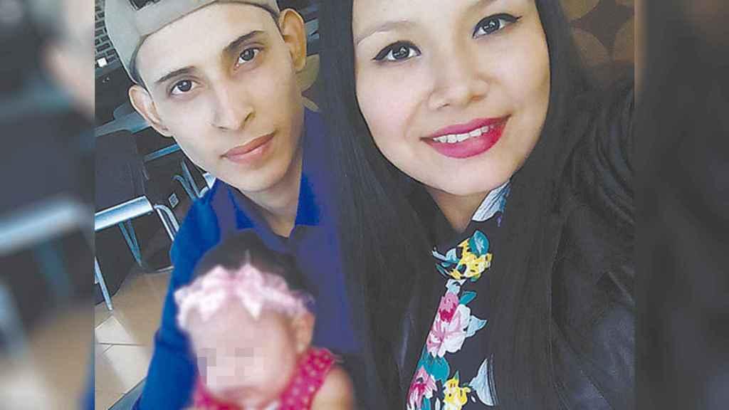 La pareja, con su hija en El Salvador, en una fotografía  reciente.