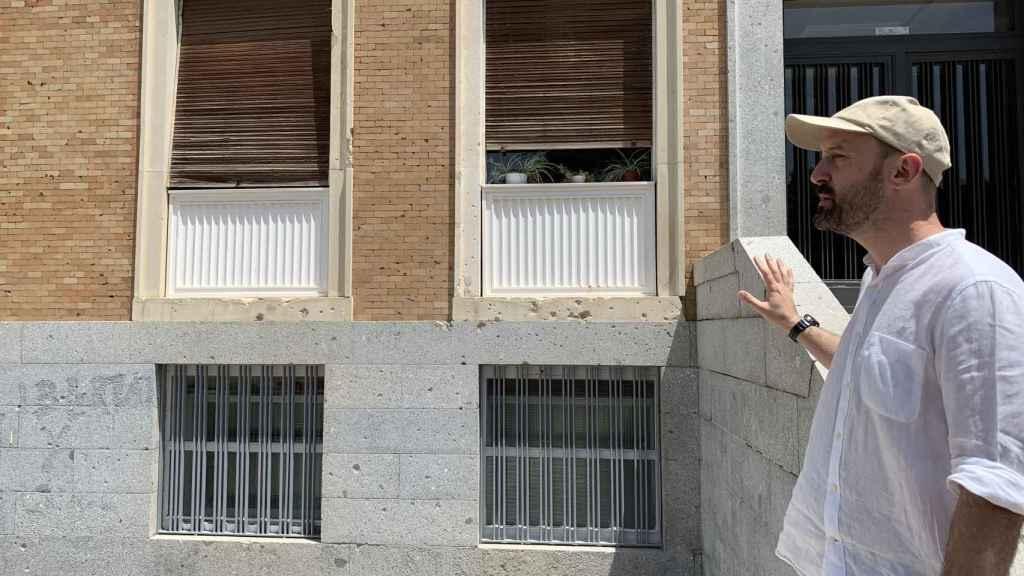Alfredo González-Ruibal explicando la historia de los impactos en una de las fachadas de la Facultad de Medicina.