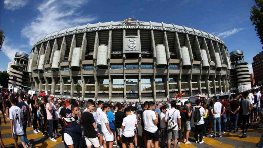 Aficionados del Real Madrid en las afueras del Santiago Bernabéu