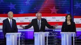 Biden, junto a Sanders y Harris, en el segundo debate demócrata celebrado en Miami.