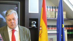 El eurodiputado Leopoldo López Gil, junto a las banderas de España y de la Unión Europea.