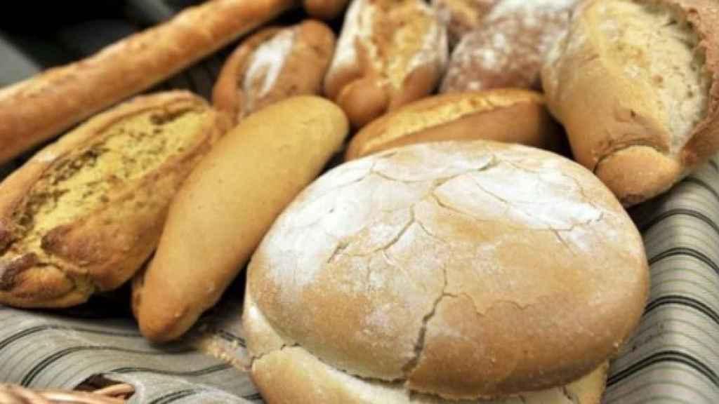 Una cesta de diferentes panes.