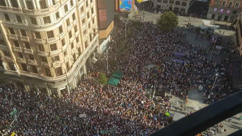 Cientos de personas defienden Madrid Central en la Gran Vía.