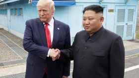 El presidente de EEUU, Donald Trump, saluda al líder norcoreano Kim Jong-Un