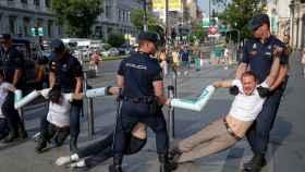 Activistas de Greenpeace cortan la calle Alcalá