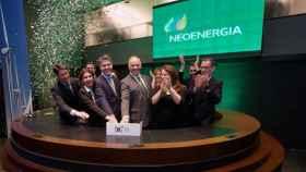 De izda. a dcha. y en primer plano, el chief financial officer (CFO) de Neoenergia, Leonardo Gadelha, el director general de Neoenergia, Mario Ruiz-Tagle (en el centro), y la adjunta a la presidencia de Neoenergia, Solange Ribeiro. En segundo plano, miembros del equipo directivo de la empresa.