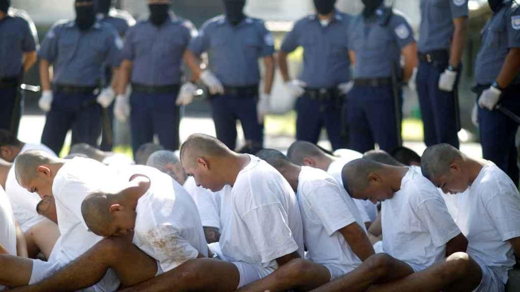 Miembros de la mara Salvatrucha esperan su traslado a la cárcel.
