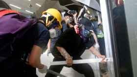 Manifestantes tratan de irrumpir en el edificio legislativo