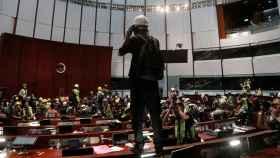 Manifestantes dentro del Parlamento de Hong Kong.