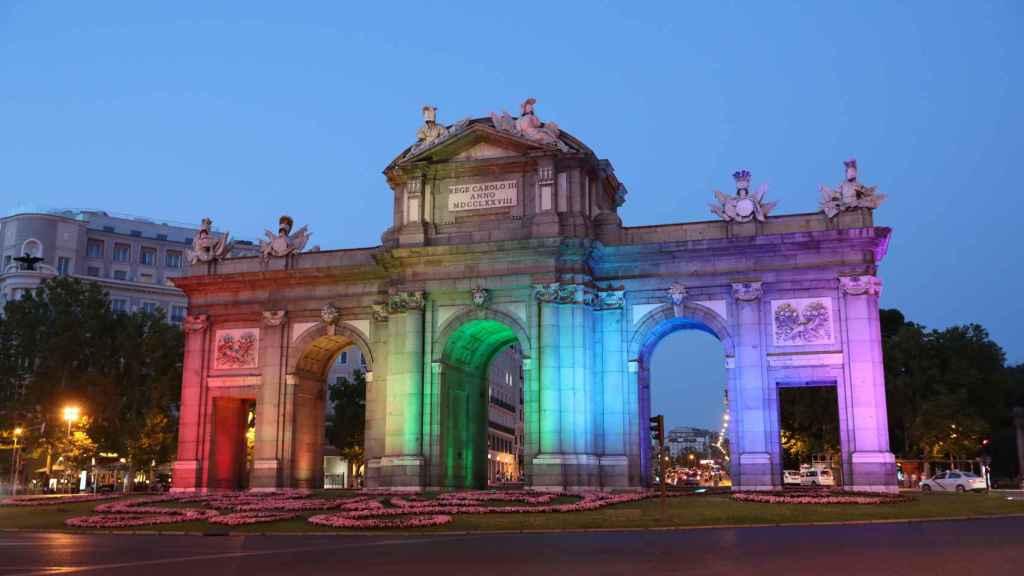 La Puerta de Alcalá de Madrid con luces del arcoíris.