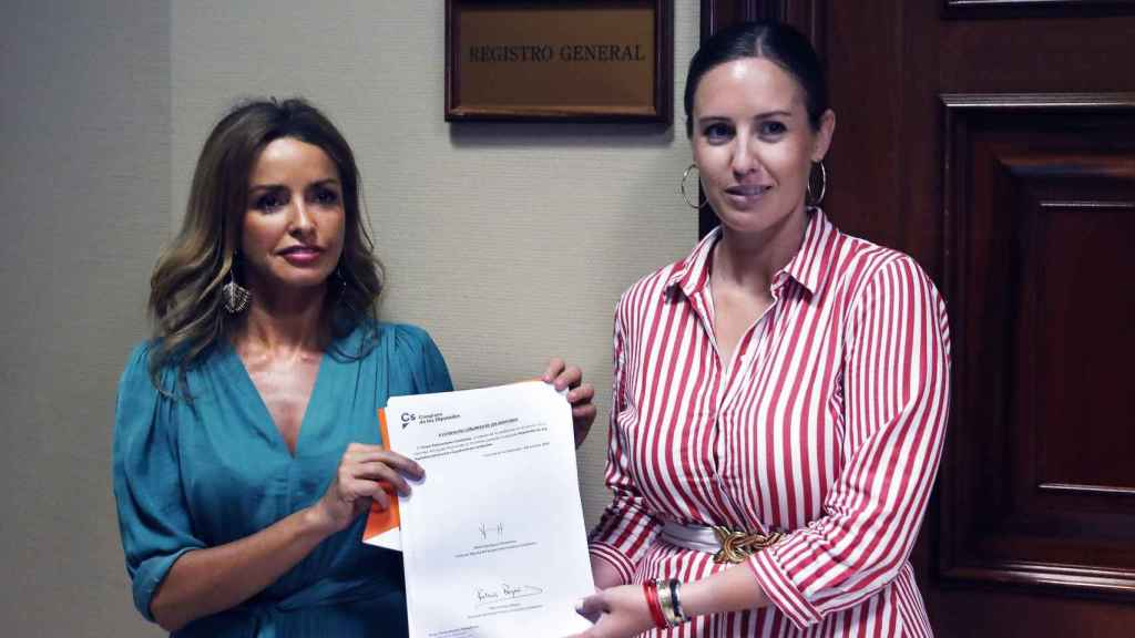 Patricia Reyes, responsable de Mujer y LGTBI de Cs, y Melisa Rodríguez, portavoz adjunta, registran la propuesta de ley.