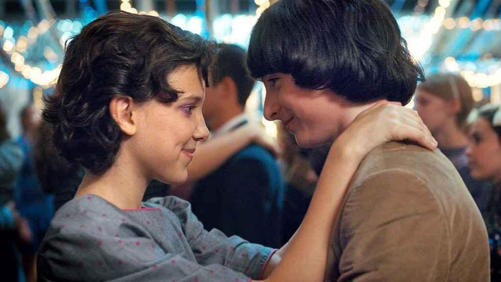 Eleven (Millie Boby Brown) y Mike (Finn Wolfhard), en el baile con el que se cierra la segunda temporada.
