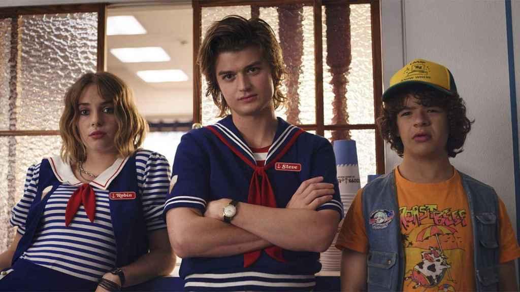 Maya Thurman-Hawke, Joe Keery y Gaten Matarazzo en 'Stranger Things'.