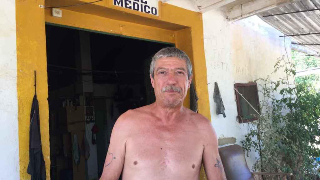 Francisco, vecino de Catadau, atiende a un medio de comunicación por primera vez.