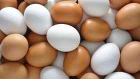 Un montón de huevos marrones y blancos.