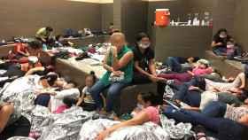 Un área superpoblada con familias en una estación de la Patrulla Fronteriza en Weslaco, Texas