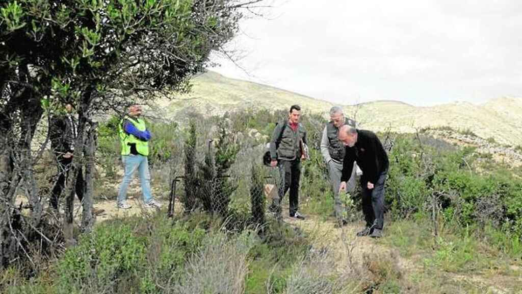 Un antropólogo forense señala la fosa.