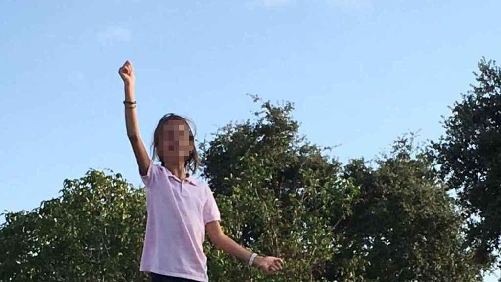 La niña de 11 años expulsada de un campamento.