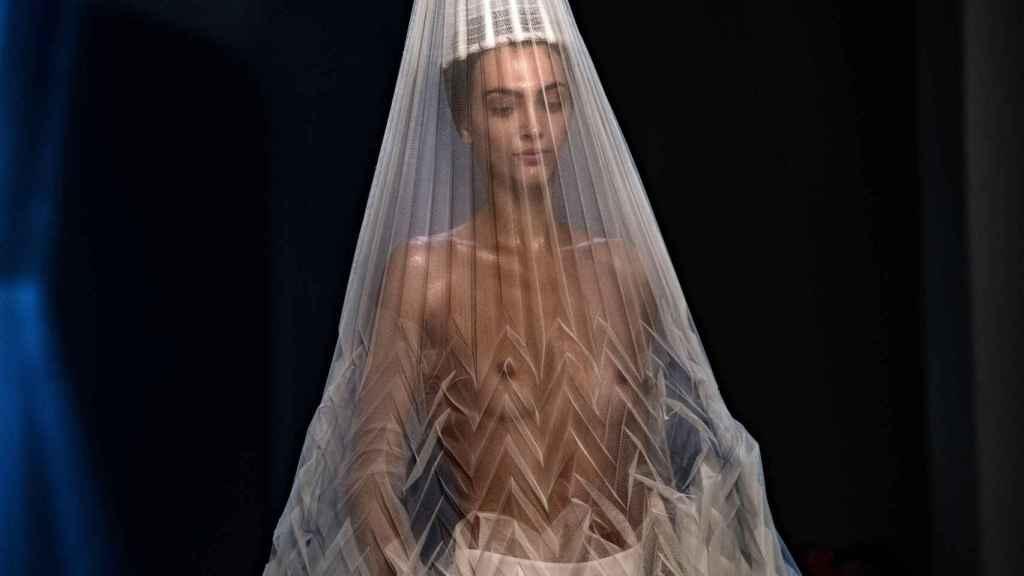 Una modelo con uno de los diseños de Gaultier en la semana de la moda de París.