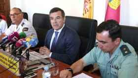 Carlos Ángel Devia, subdelegado del Gobierno en Toledo, este jueves en rueda de prensa junto a otras personas. Foto: Óscar Huertas