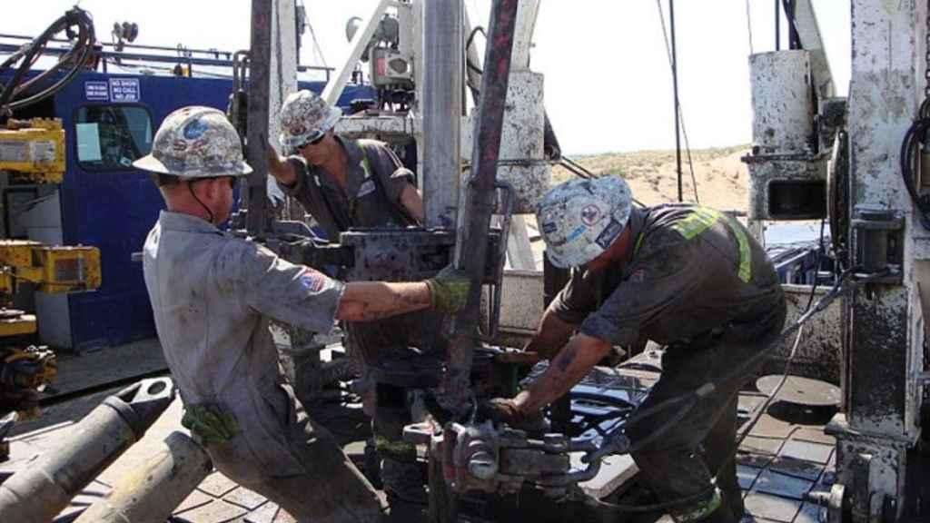 Obreros extrayendo petróleo.