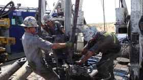 Obreros trabajando en la extracción de petróleo.