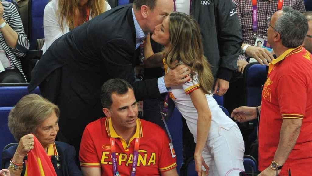 Letizia saluda a Alberto de Mónaco durante la final de España de baloncesto en los Juegos Olímpicos de 2012.