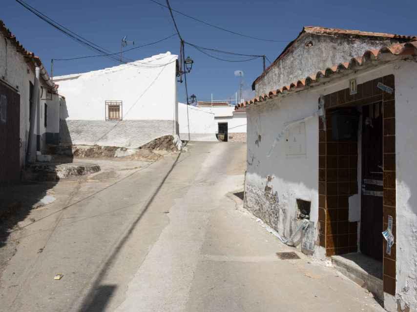 La casa en la que vivió el asesino en El Campillo (Huelva).  A la izquireda, en la esquina, la vivienda que alquiló Laura Luelmo.