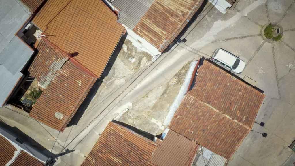 Las dos viviendas están separadas por apenas una decena de pasos.