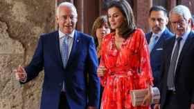 La reina Letizia, junto al presidente del Gobierno riojano en funciones, José Ignacio Ceniceros.