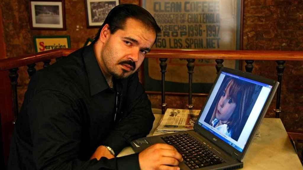 El embaucador Antonio Toscano, con una foto de Madeleine, caso en elque NUNCA colaboró con la policía