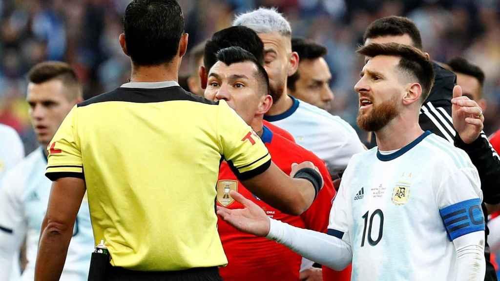 Messi y Medel protestan al árbitro del partido por el tercer y cuarto puesto de la Copa América 2019