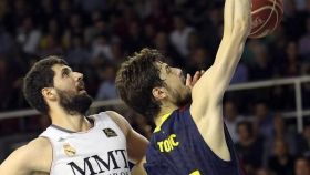 Mirotic, cuando jugaba en el Real Madrid, se enfrenta al también exmadridista Tomic.