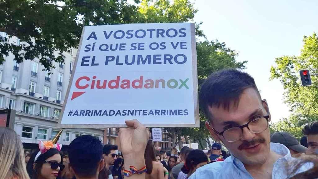 Pancartas contra la presencia de políticos de Ciudadanos en el Orgullo.